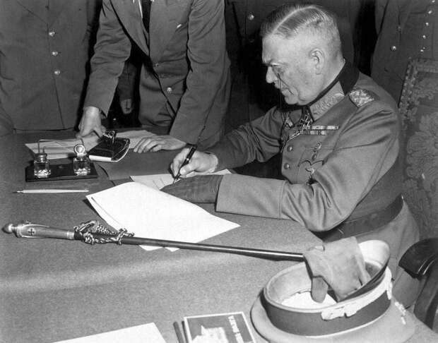Фельдмаршал Кейтель подписывает Акт о безоговорочной капитуляции Германии. Берлин. 9 мая 1945 года