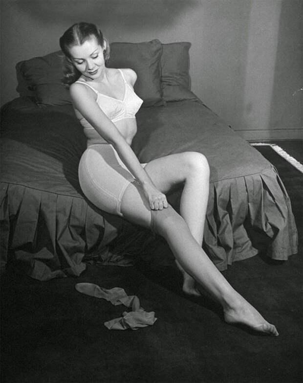 Нейлоновые чулки с эластичной резинкой сверху держатся даже без подвязок, 1945.