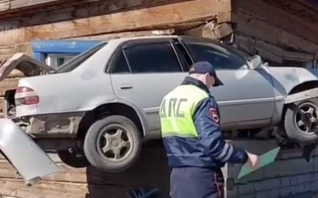 Toyota влетела в дом и застряла в стене