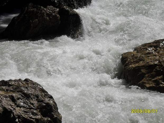 В Адыгее горная река одного за другим смыла трех туристов