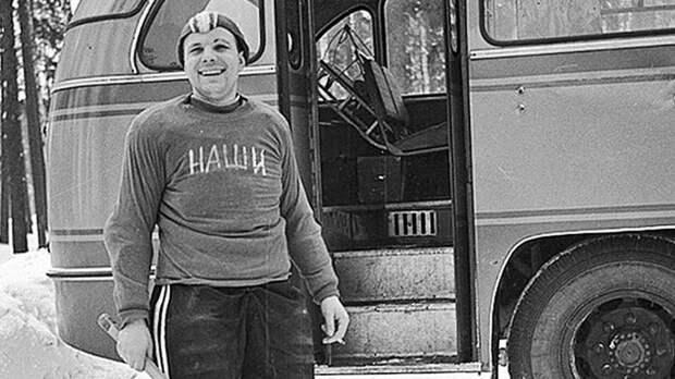 Знаменитое фото Гагарина в свитере «Наши». Он любил хоккей, играл сам и создал команду космонавтов