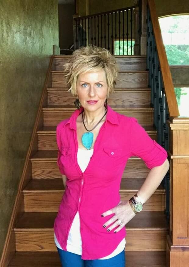 Женщина в приталенной розовой рубашке. /Фото: i.pinimg.com