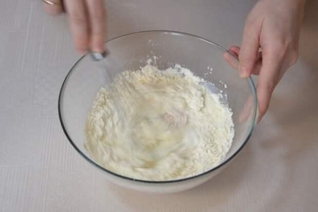Ленивый хачапури на сковороде за 10 минут. вкусная сырная лепешка на завтрак: фото шаг 1