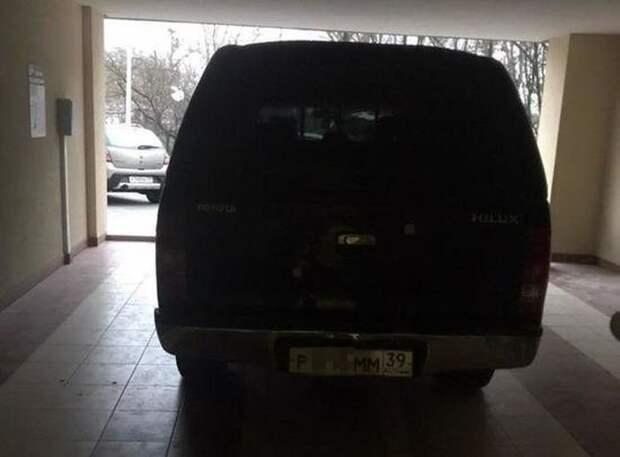 Парковка по-царски: внедорожник припарковали в подъезде жилого дома toyota, авто, автохам, быдло, гараж, парковка, парковочное место, подъезд