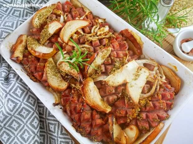Белая колбаса, запеченная с яблоками - вкусный вариант блюда на любой день!