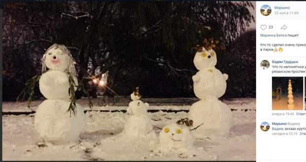 Фото дня: семью снежных человечков и ледяного «колобка» заметили в Марьине