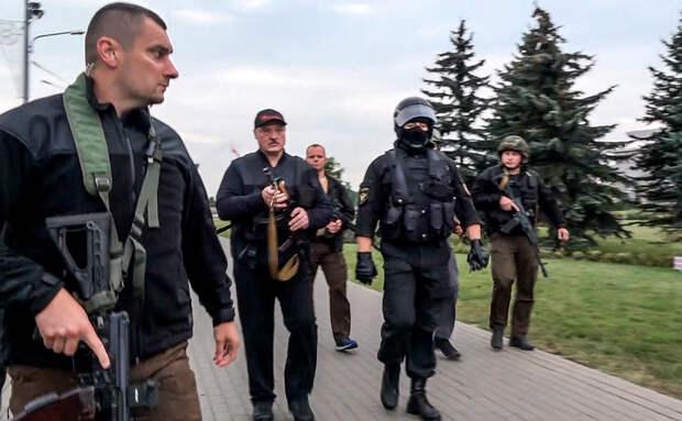 Лукашенко засняли у резиденции с автоматом в руках