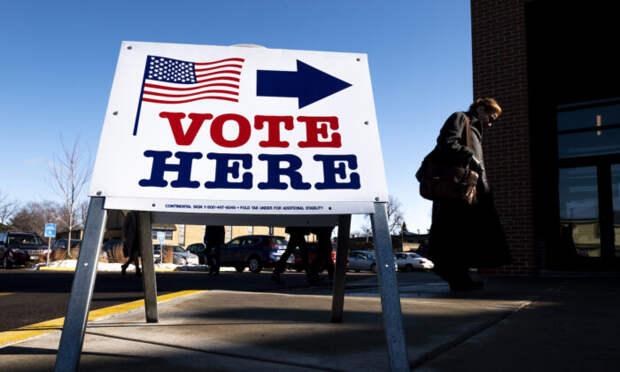 Избиратель идёт на избирательный участок в Миннеаполисе, штат Миннесота, 3 марта 2020 года