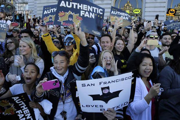 США. Сан-Франциско, Калифорния. 15 ноября. Поклонники Бэткида пришли поддержать героя. (Gary Reyes/Bay Area News Group/MCT)