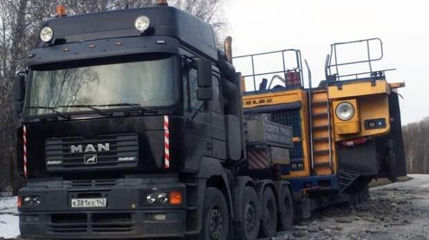 Груженый спецтехникой автовоз застрял в асфальте под Новосибирском