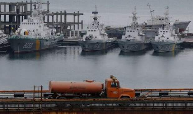 A tanker truck drives past Ukrainian border guard boats docked in the Black Sea port of Odessa, Ukraine November 26, 2018. REUTERS/Yevgeny Volokin