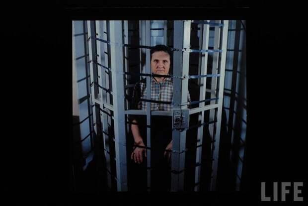 Женщину лечат от шизофрении в Московском НИИ Психиатрии. Некоторые элементы стальной клетки пропускают электрические импульсы, что благотворно влияет на работу мозга пациента. СССР, качество, медицина, фото
