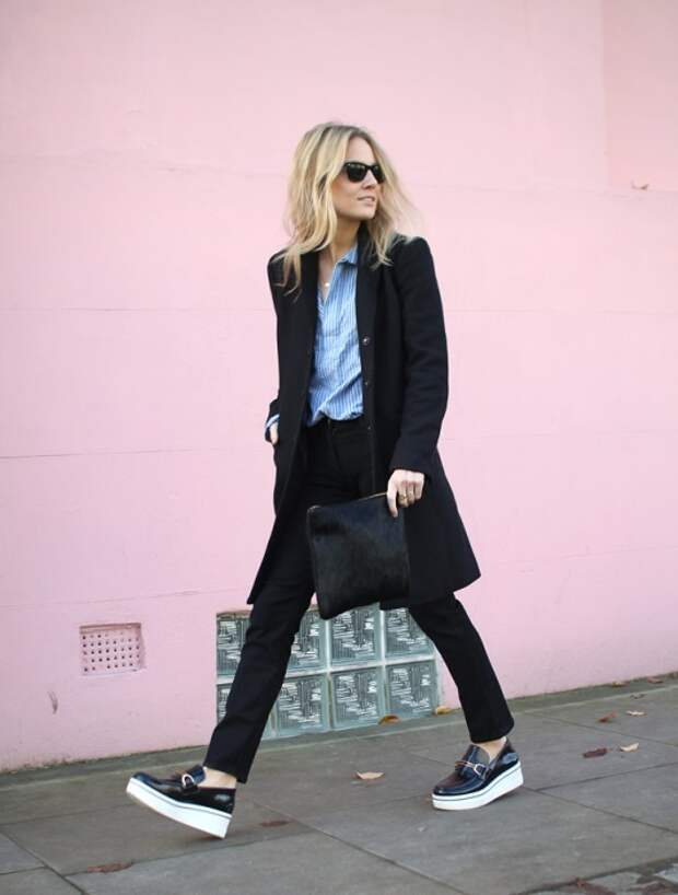 Модель в черном пальто и брюках, черно-белые криперы