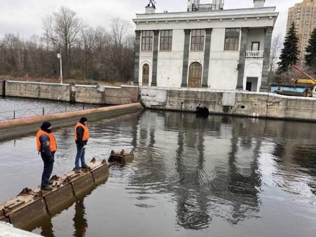 Водную гладь на канале имени Москвы очистили от кустарников