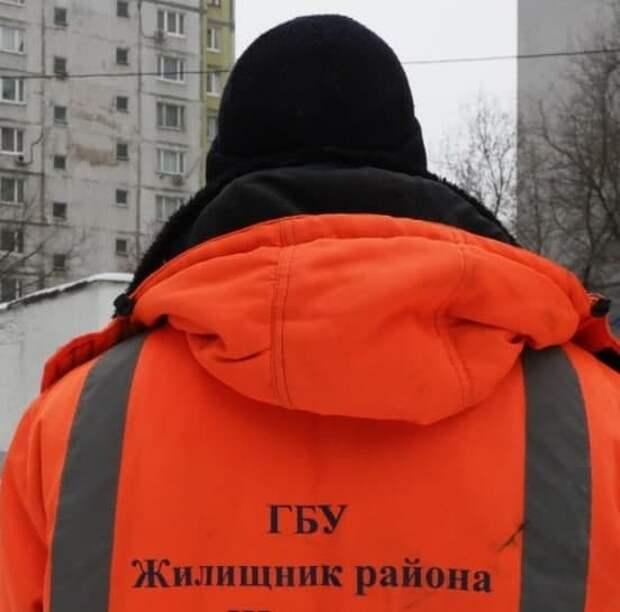 Коммунальщики Бегового убирают территорию у поликлиники вручную