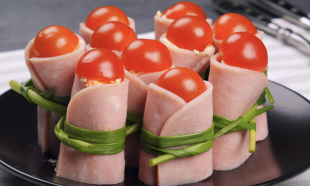 Берем плавленый сыр и ветчину: ставим на стол сразу две закуски