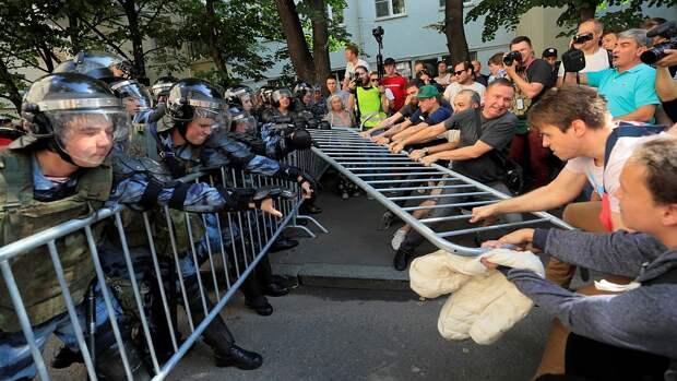 ЖЕСТЬ: в Сети появилось видео с бесчинствами московских митингующих