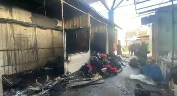 В Евпатории ночью сгорел павильон Колхозного рынка. Фото