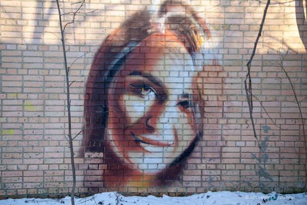Нашел заброшенный лагерь в Подмосковье с прекрасными портретами девушек