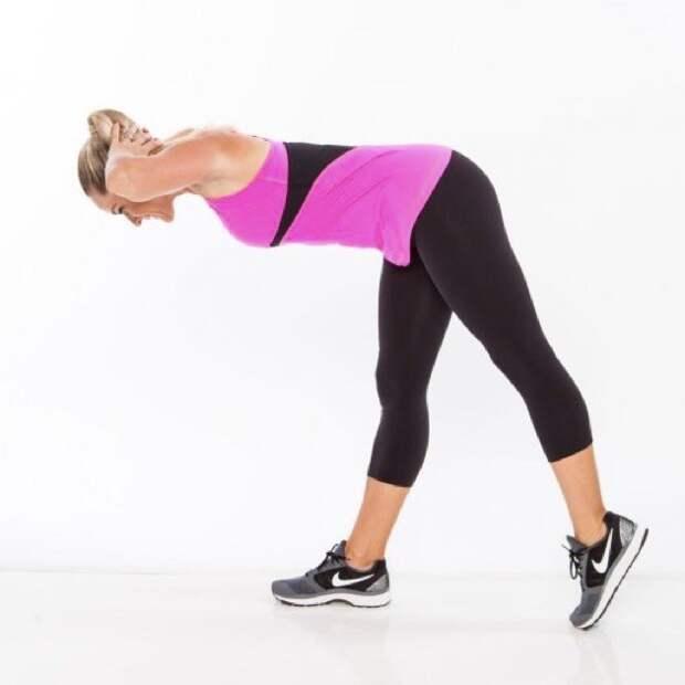 Упражнения для ягодиц: корпус наклонен, нога отведена назад