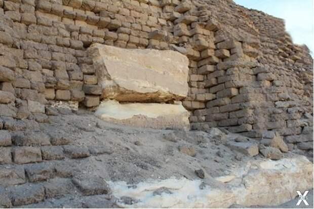 Пирамида построена из кирпичей