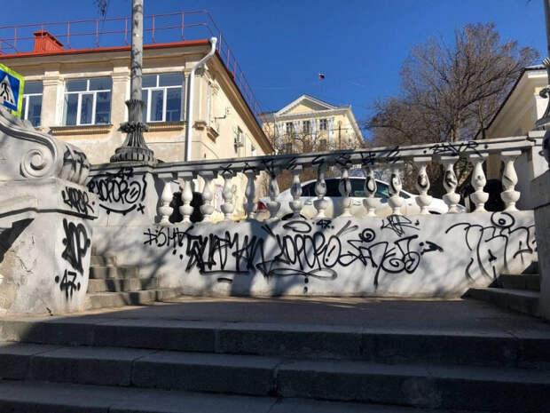 Расписавшим Таврическую лестницу юношам грозит до трех лет тюрьмы
