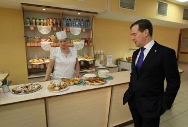 Дмитрий Медведев во время посещения лицея в Санкт-Петербурге, 4 апреля 2012
