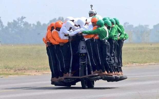58 бравых солдат на одном мотоцикле – есть мировой рекорд!