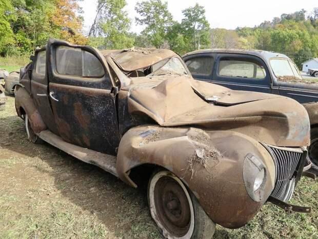 Еще одна жертва обрушения — помятый Ford Sedan 1940 года авто, джанкярд, коллекция, коллекция автомобилей, олдтаймер, ретро авто, свалка автомобилей