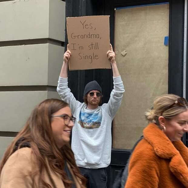 10 забавных фото парня, который каждый день протестует против всего