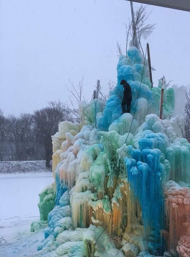 Cемья строит рядом сдомом огромную ледяную скульптуру каждое Рождество