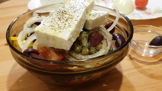 Вкуснейший греческий салат...Почти классический) Греческий салат, Салат, Быстрый салат, Еда, Кулинария, Рецепт, Рецепт пошагово, Видео рецепт, Видео, Длиннопост