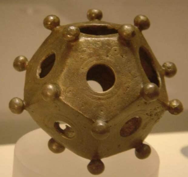 Римский додекаэдр, найденный в Бонне, Германия. Источник: Хэдли Пол Гарленд.