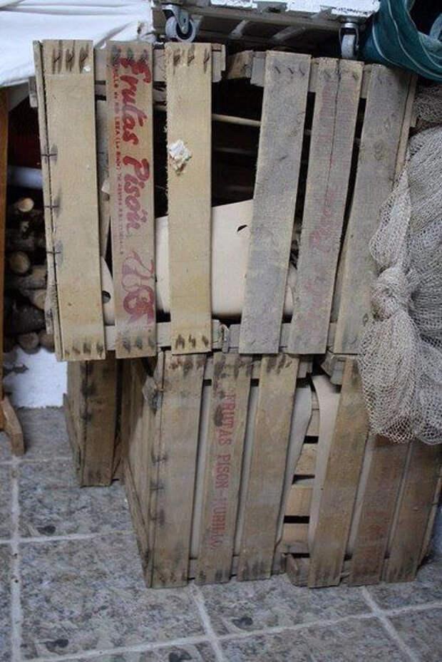 Необычное украшение для участка можно сделать из старых ящиков