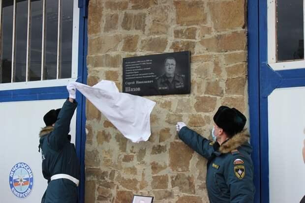 В Судаке на фасаде пожарной части открыли мемориальную доску в честь покойного главы МЧС Шахова