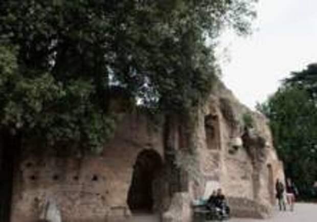 Обрушилась часть стены Римского форума