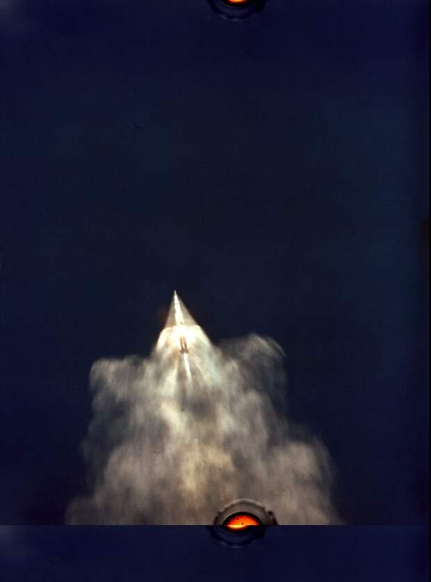1969. «Аполлон-11». Снимок с борта самолета ВВС США EC-135 на высоте 40 000 футов. Запечатлен подъем ракеты Сатурн В. в верхних слоях атмосферы Земли через 2 минуты 40 секунд полета. 16 июля