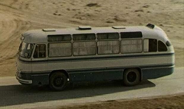 1961 год. Тот самый ЛАЗ-695Б везёт космонавтов на стартовую площадку Байконура (кадр из кинохроники) ЛАЗ, авто, автобус, автомир, гагарин, космодром, лаз-695б, юрий гагарин