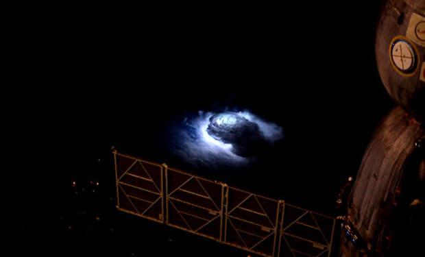 Из космоса увидели синий луч, поднимающийся с Земли
