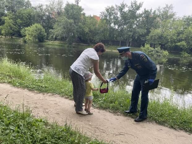 Пляжный отдых: сотрудники МЧС по САО напоминают правила безопасного поведения у водоемов