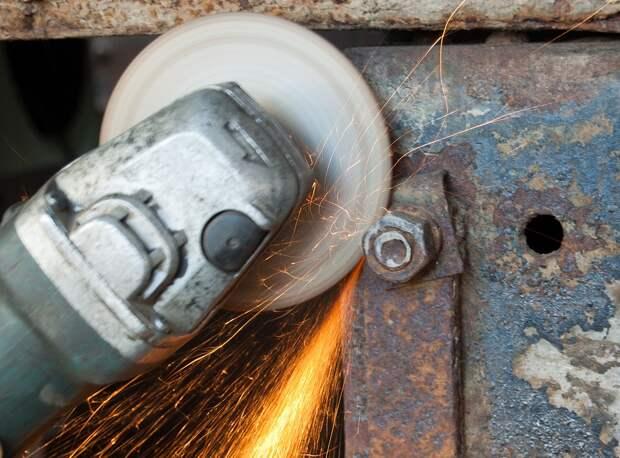 И, наконец, болгарка: как открутить прикипевшую гайку или шпильку