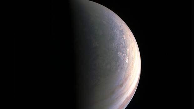 Неизвестный космический объект упал на южное полушарие Юпитера