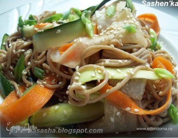 Теплый салат с соба и хрустящими овощами