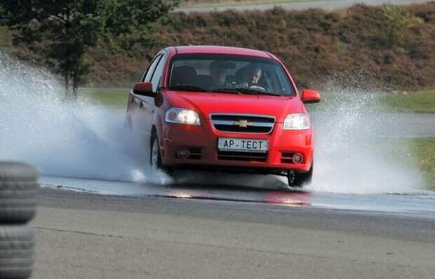 Тормозить на мокром асфальте нужно очень аккуратно. | Фото: avtomexaniki.ru.