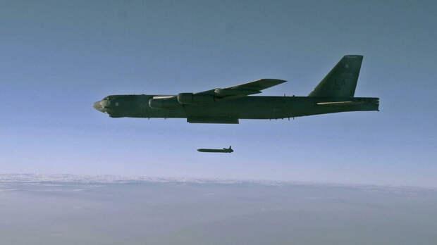 Запуск крылатой ракеты AGM-86B с борта стратегического бомбардировщика B-52H Stratofortress над полигоном для испытаний в штате Юта - РИА Новости, 1920, 29.09.2020