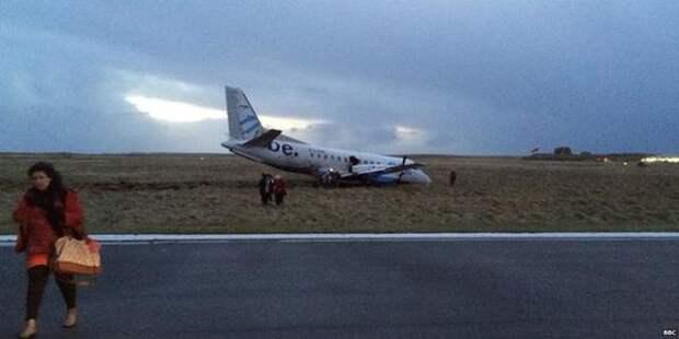 В Великобритании самолет съехал с взлетной полосы в условиях сильного ветра