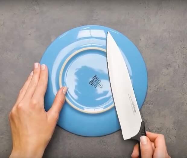 Необычный способ сделать кухонные ножи острее.