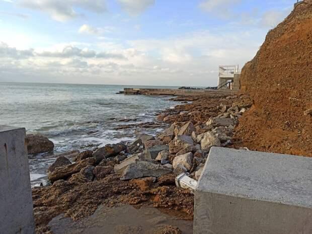 Шторм продолжает уничтожать пляжи в Крыму