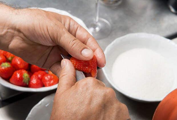 Фото приготовления рецепта: Сабайон с клубникой - шаг 1