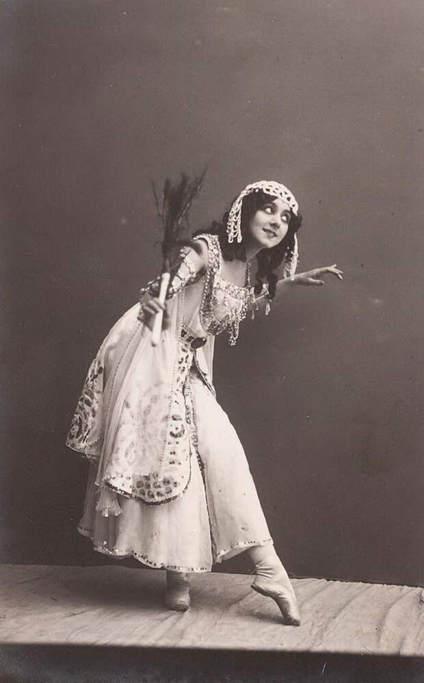 Но на балетной сцене у Каралли были и большие удачи. В 1907 году на благотворительном вечере в Мариинском театре Анна Павлова впервые исполнила «Лебедь», ставшую впоследствии одним из символов русского балета XX века